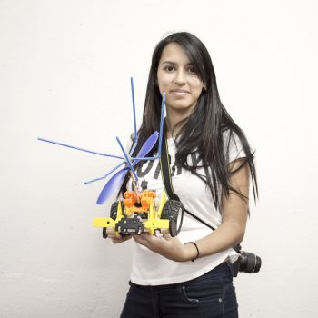 participante mostrando su robot bobo