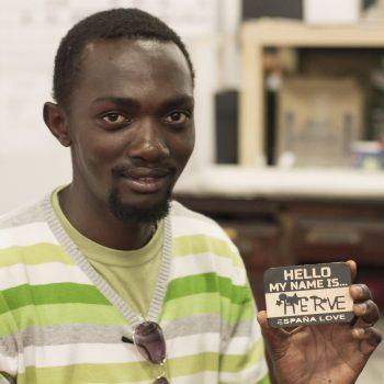 participante makespace madrid con su tarjeta de vinilo