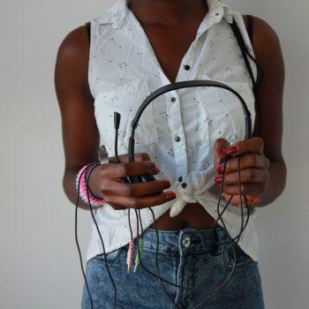 rose sujetando unos cascos para escuchar música
