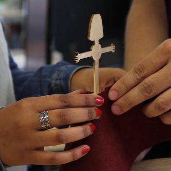 Diseñando piezas de ropa para el diseño del maniquí-joyero