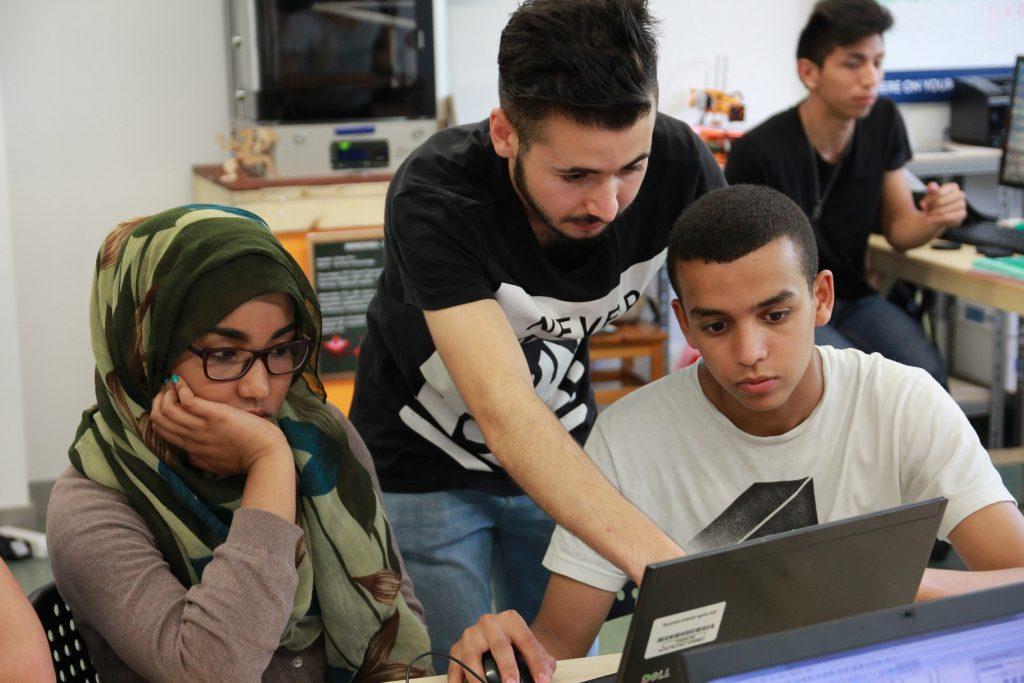 Chicos diseñando con el ordenador