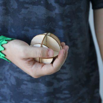 richard sujetando una pelota creada con una cortadora láser