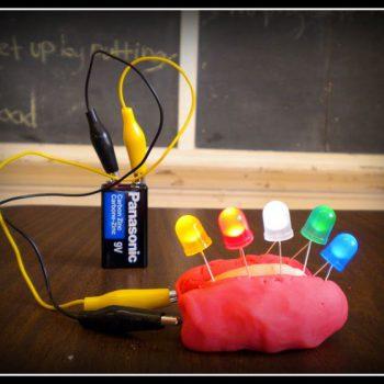 Ejemplo de circuito eléctrico creado con plastilina