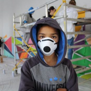 joven participante en el proyecto HiriaHakeatu mirando a la cámara