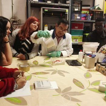 Jairo de MakeSpace impartiendo el taller de moldes a los jóvenes breakers