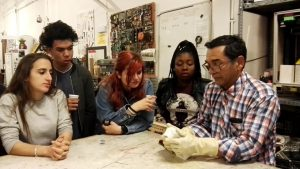 Breakers y Jairo en el taller de moldes