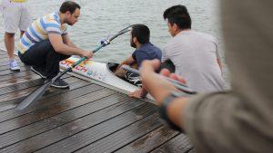 Joven Breaker en el kayak probando el prototipo