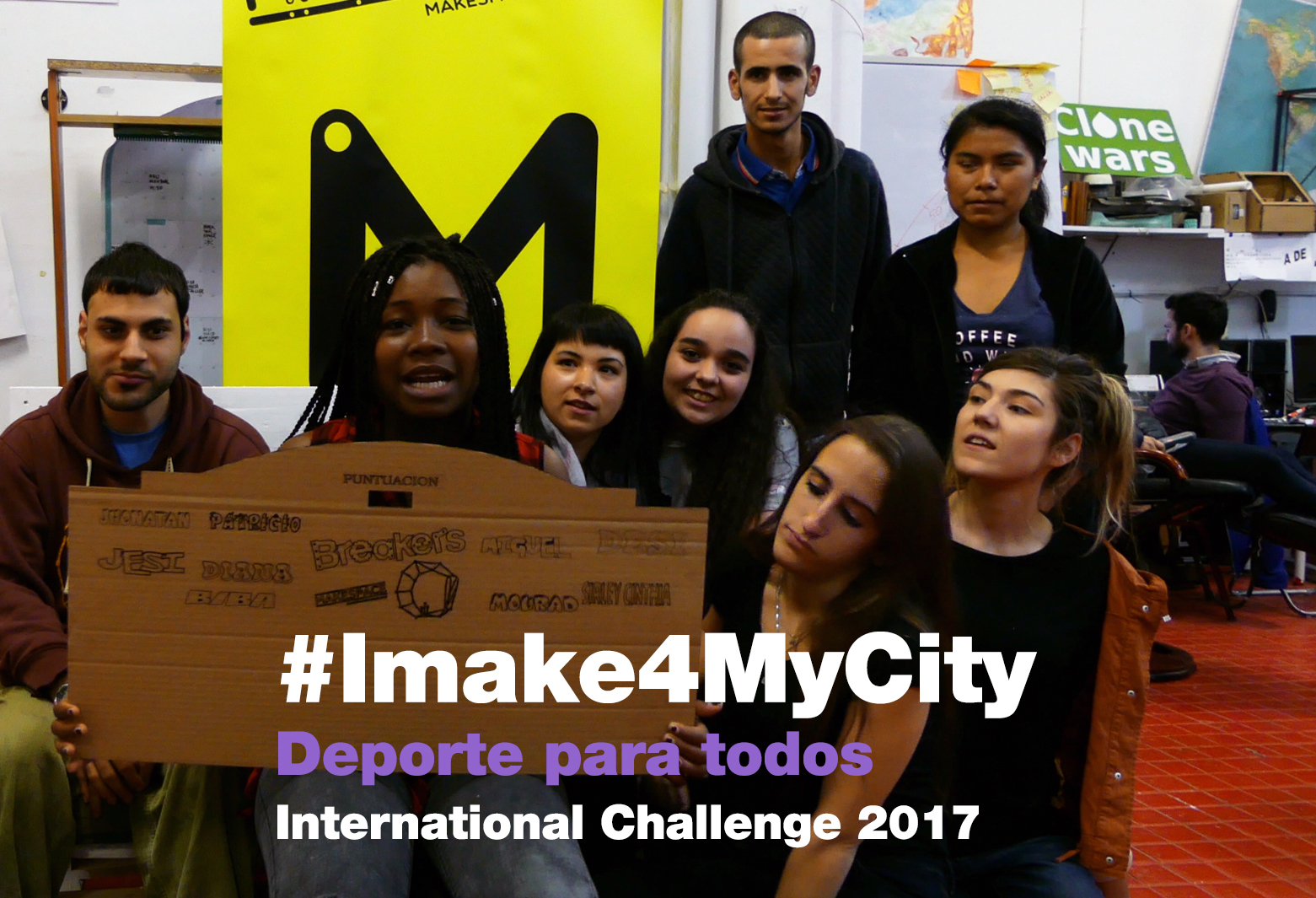 Grupo de jóvenes breakers mostrando un prototipo para el international challenge