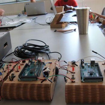 Prototipos electrónicos y jóvenes breakers de fondo