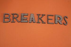 """""""Breakers"""" en letras cortadas con láser"""