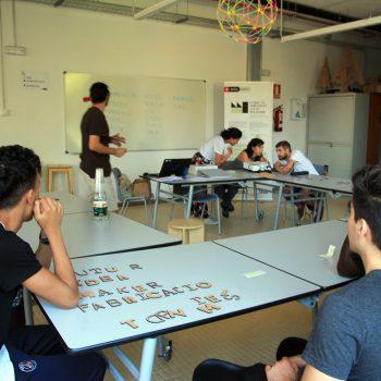 Jóvenes breakers participando en una sesión de lluvia de ideas para su proyecto