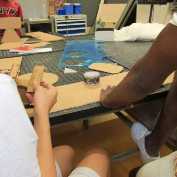 Participantes breakers trabajando en un prototipo