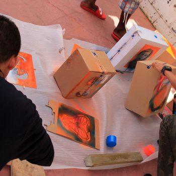 Jóvenes breakers decorando las cajas con sus propias plantillas