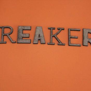 letras cortadas con láser con el nombre Breakers