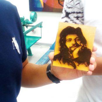 Imagen de Camarón hecha con corte láser sobre madera