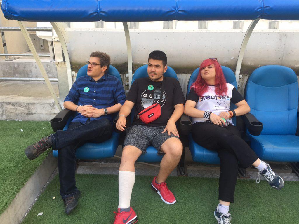 Arnau, Pere y Ana sentados en el banquillo del estadio Orange Vélodrome.