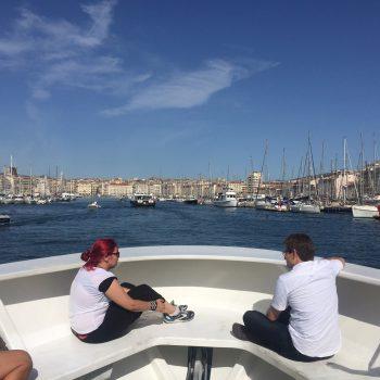 Ana y Arnau en el barco disfrutando de la costa de Marsella.
