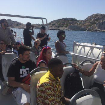 Pere y Ana sentados en el barco mirando el paisaje.