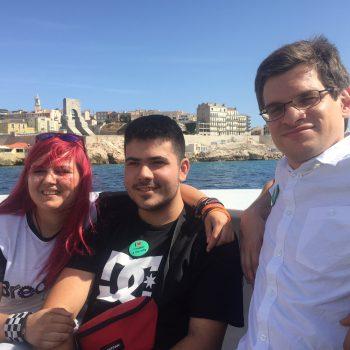 Ana, Pere y Arnau en la proa sonriendo a la cámara.