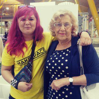 Ana posando con Carmena en el aeropuerto de Madrid.