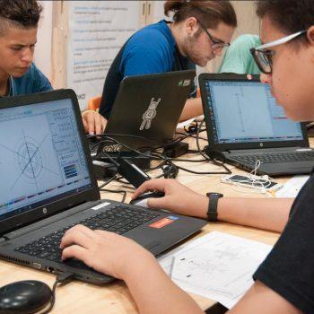 participantes diseñando