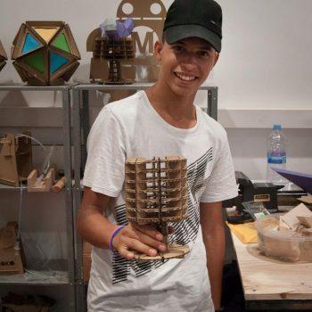 participante con lámpara creada con encajes de cartón