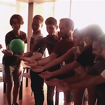 Participantes pasando la pelota