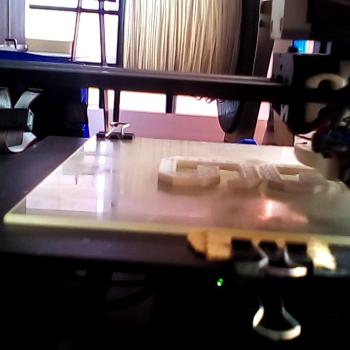 impresora 3D imprimiendo una pieza